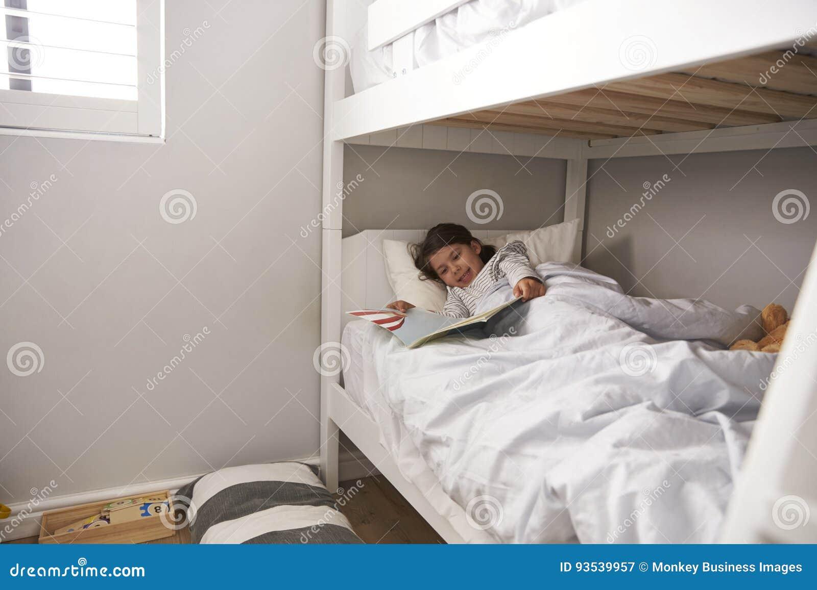 Etagenbett Mädchen : Mädchen lesegeschichte im etagenbett zur schlafenszeit stockbild