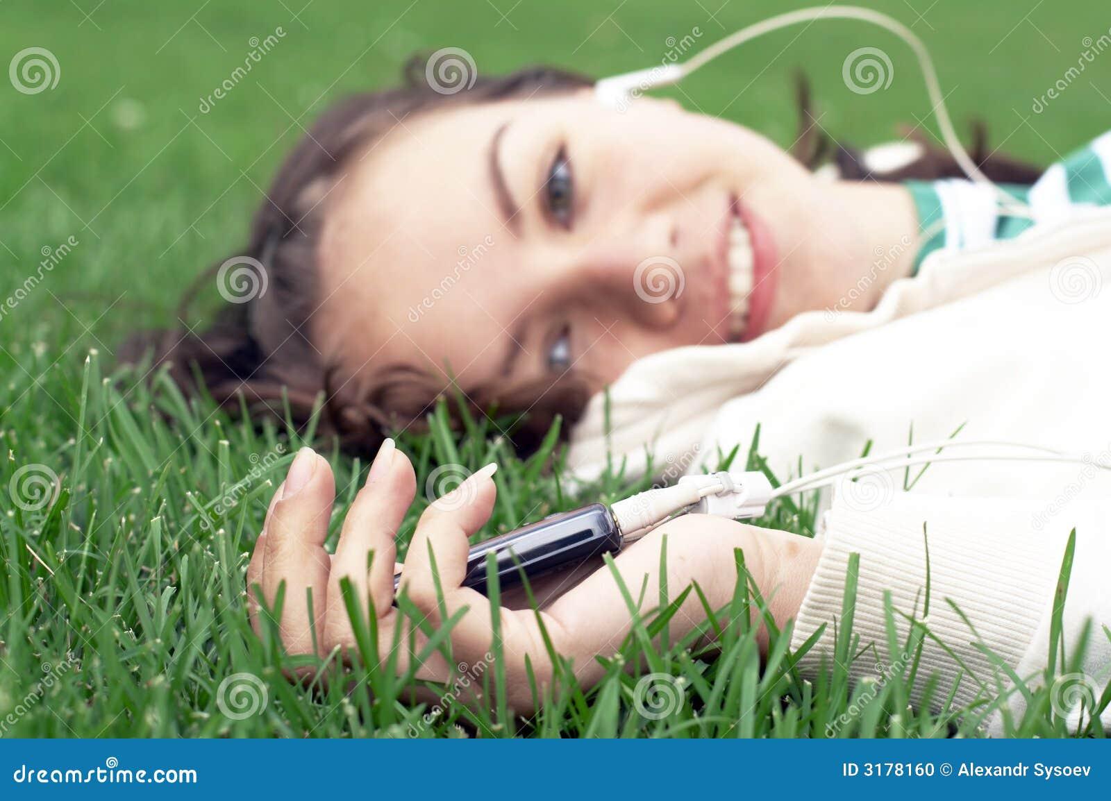 Mädchen liegt mit MP3-Player