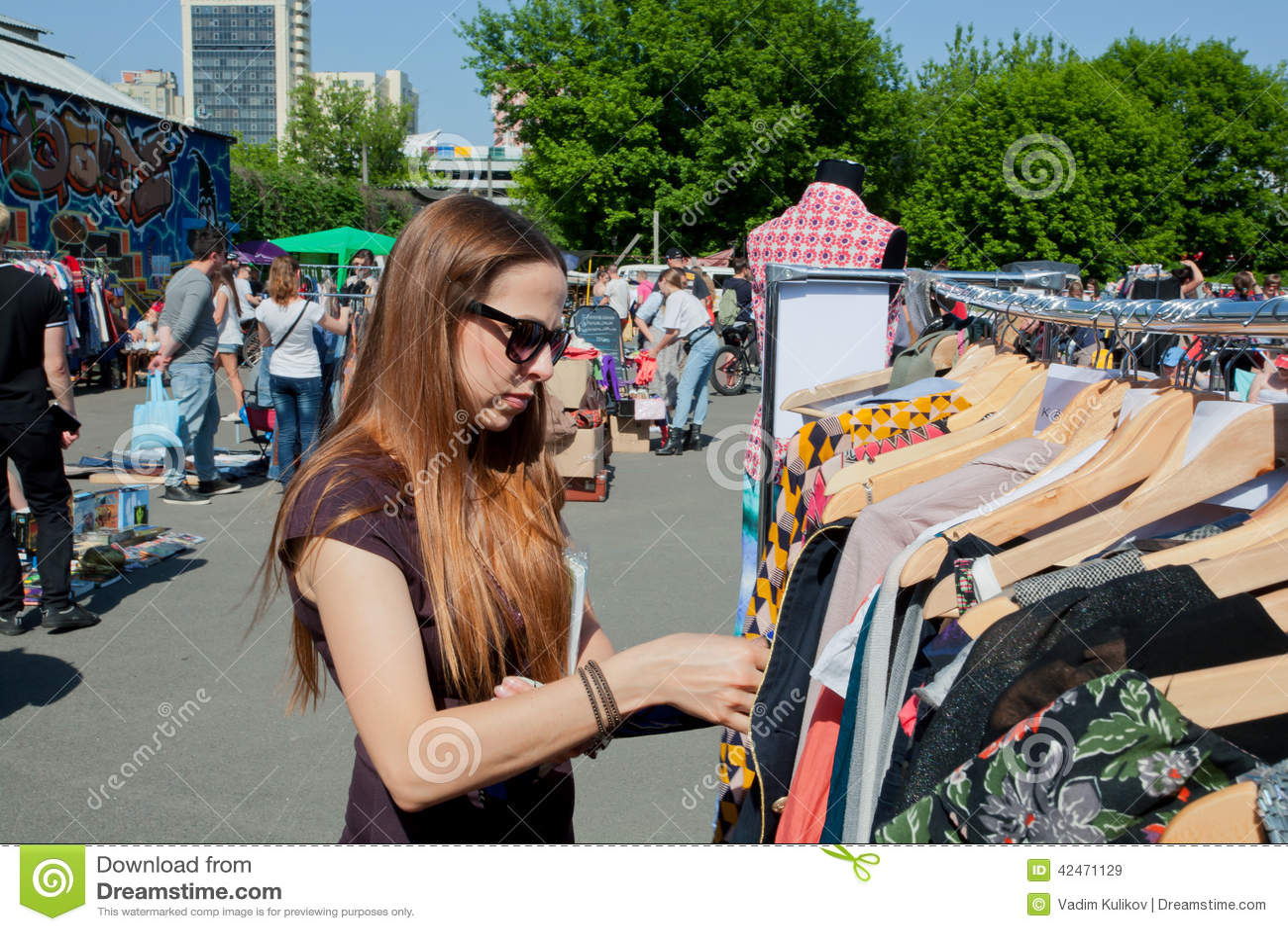 Mädchen möchten Kleid auf der StraßenFlohmarkt kaufen