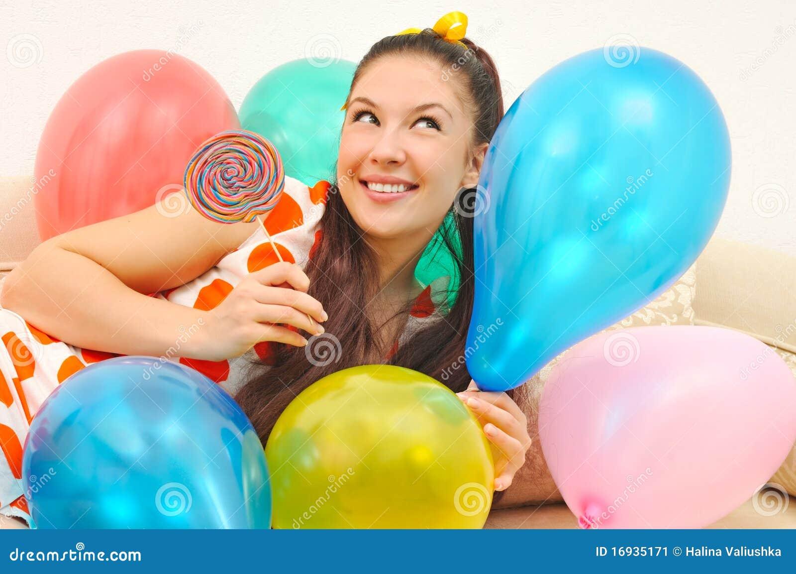 Mädchen mit Ballonen und Bonbon