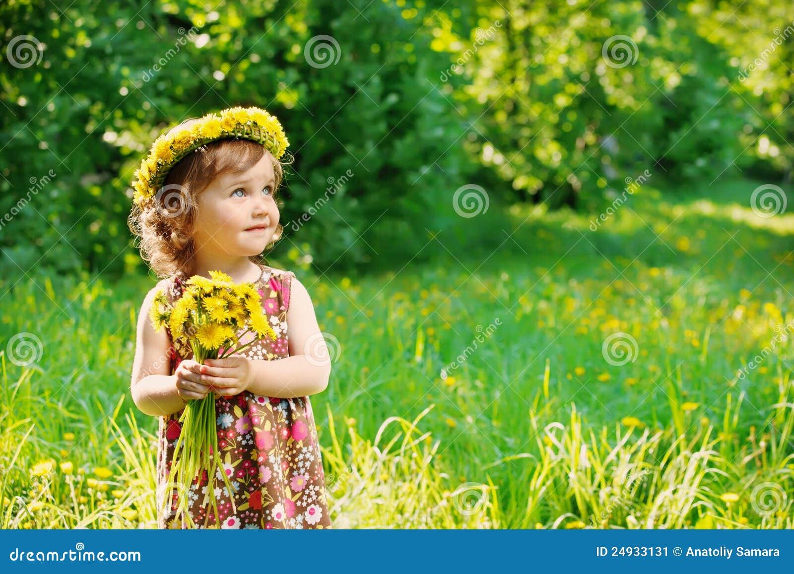 Mädchen mit Blumenhauptwreath