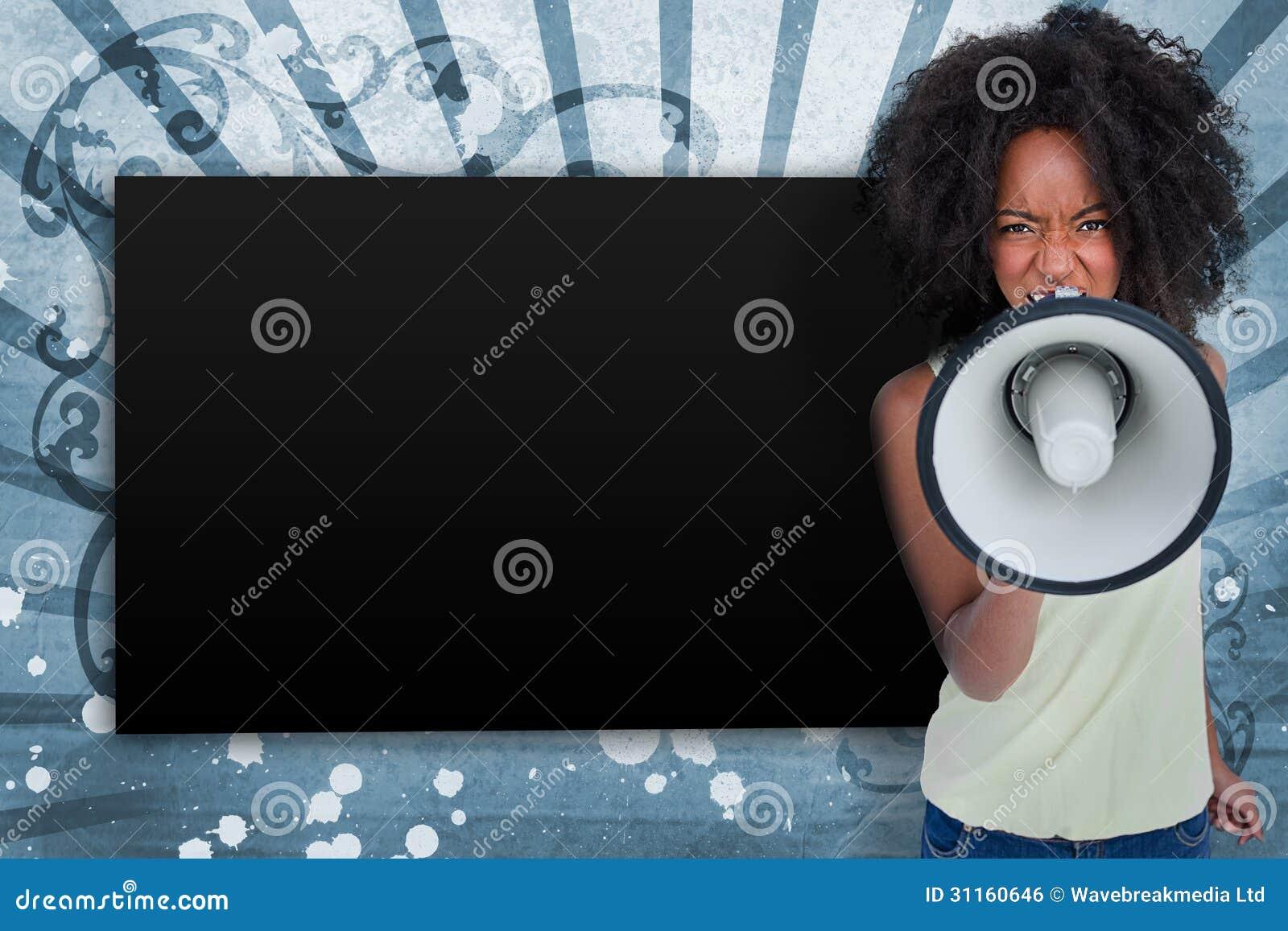 Mädchen mit dem Afroschreien durch Megaphon mit Kopienraum