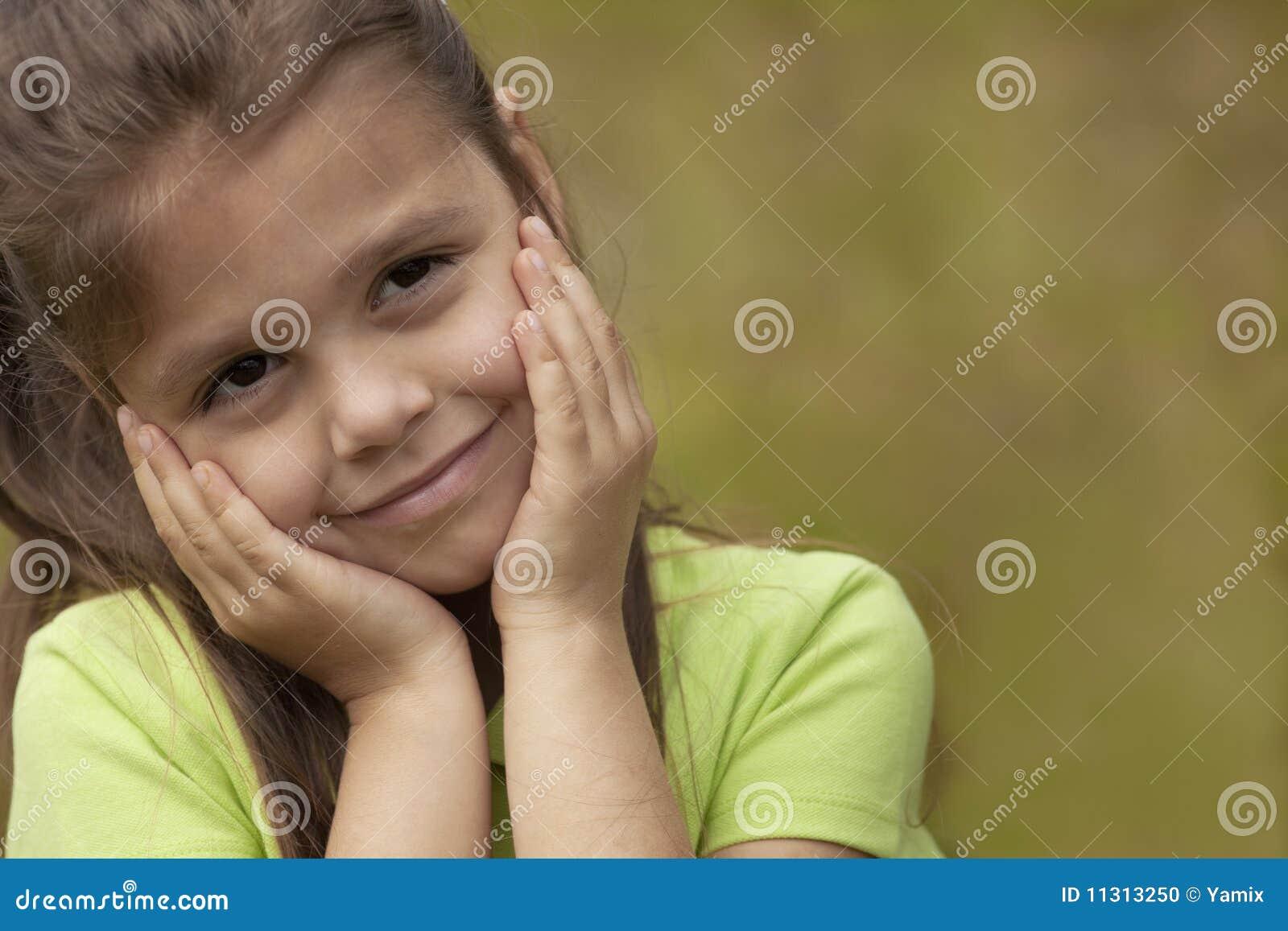 Mädchen mit den Händen auf Gesicht