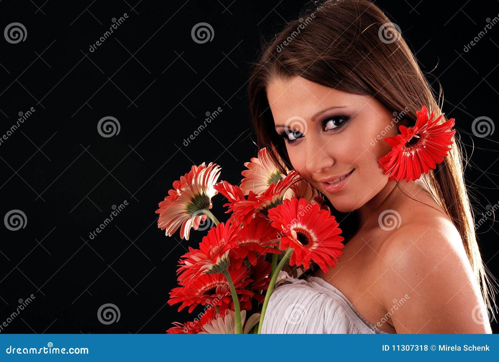Mädchen mit einem Blumenstrauß der Blumen.