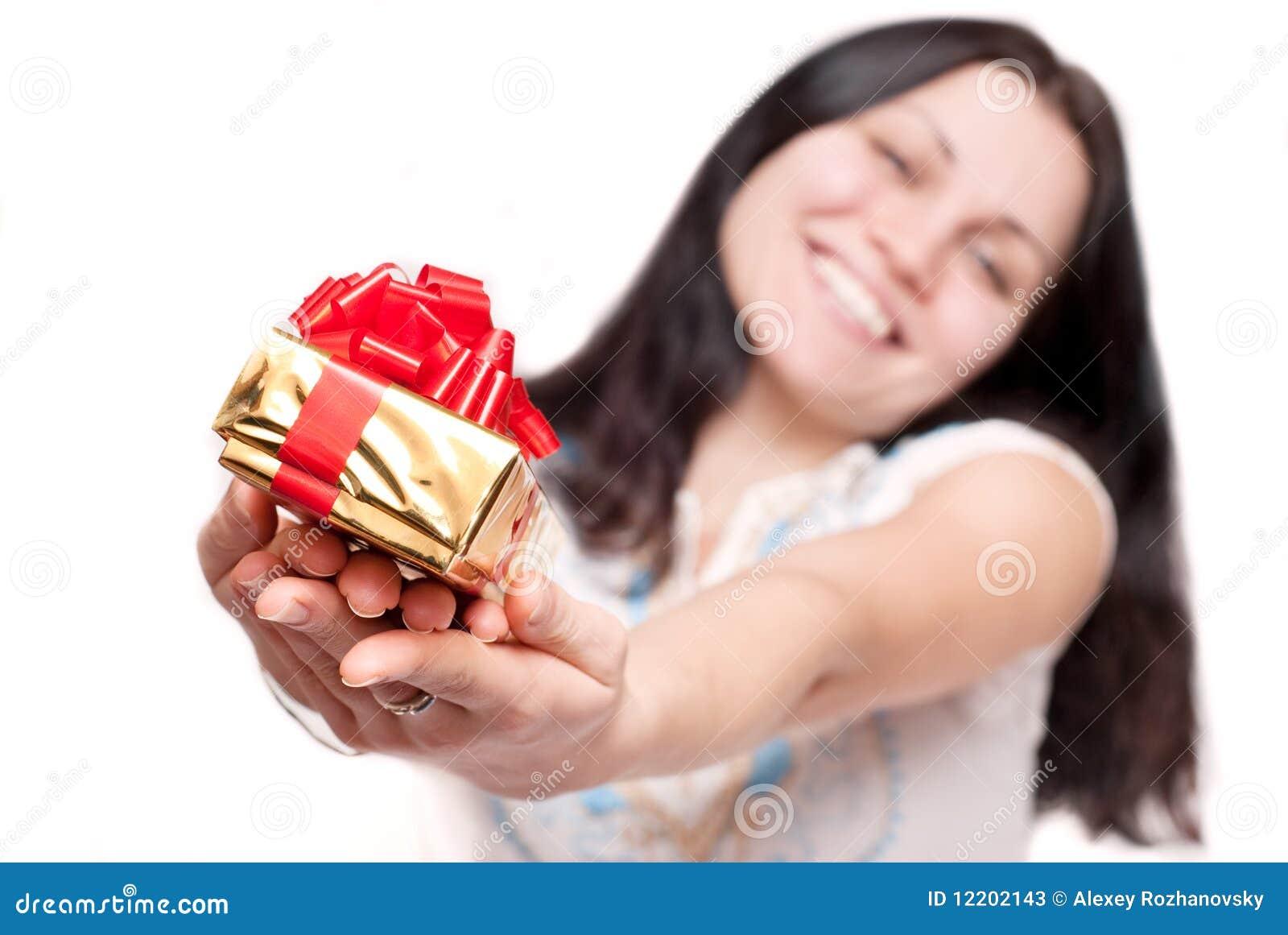 Mädchen mit einem Geschenkkasten