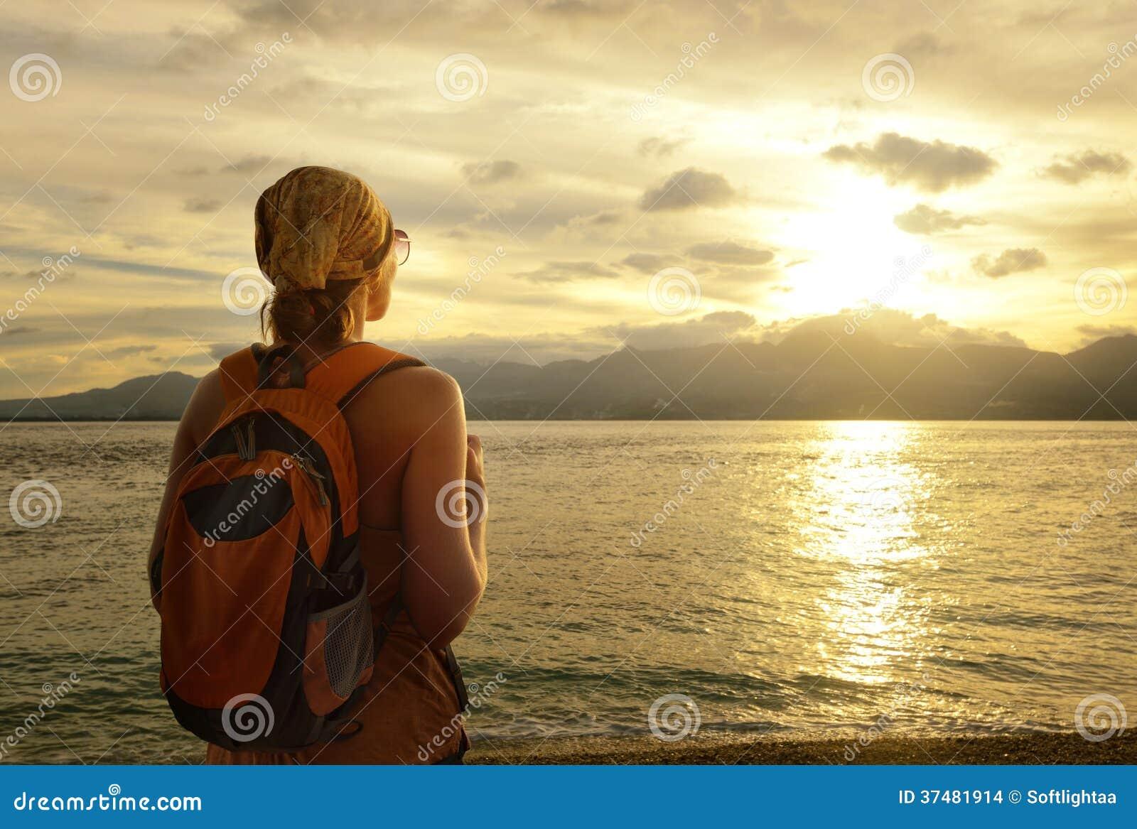 Mädchen mit einem Rucksack träumt von der Reise