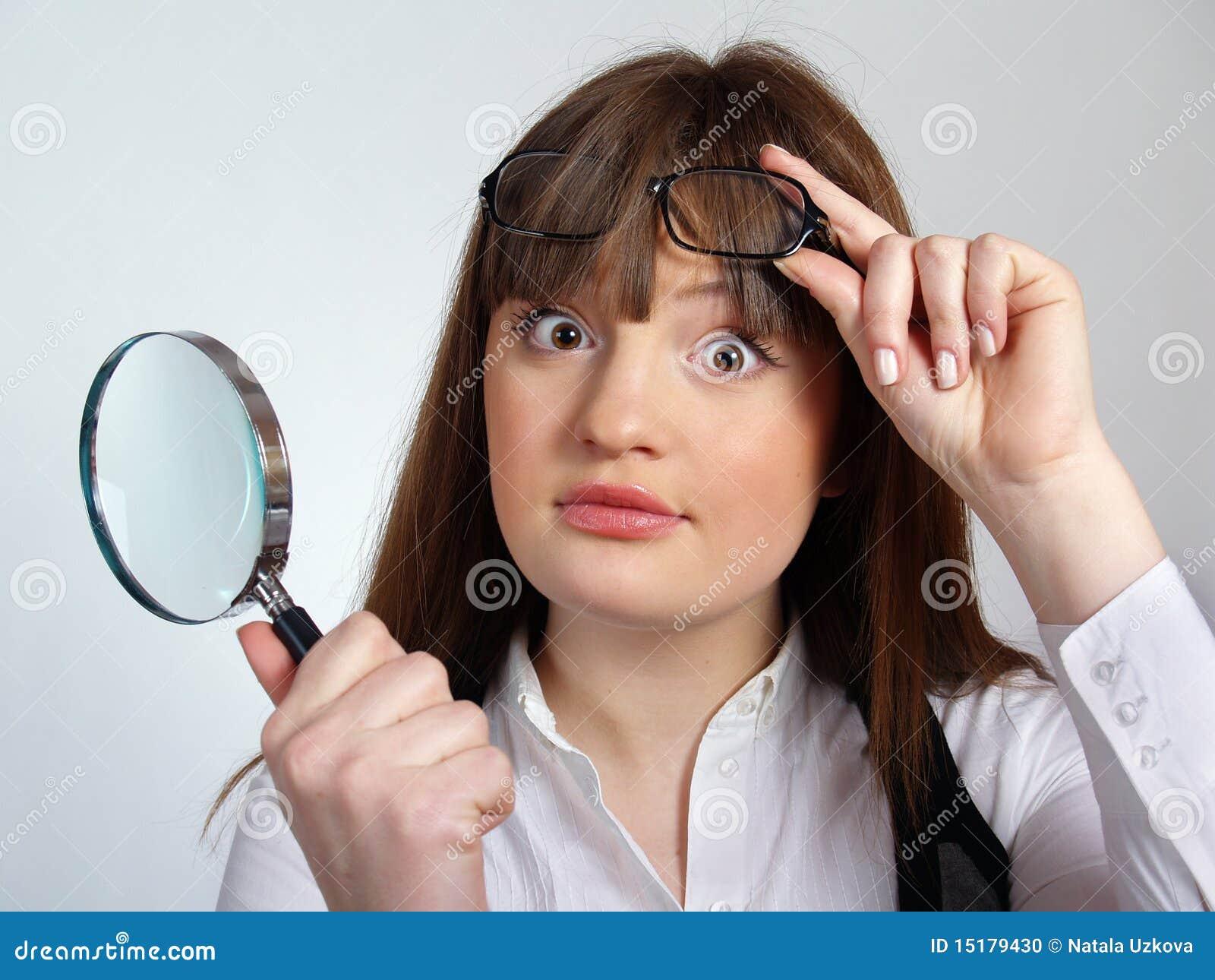 Mädchen mit einem Vergrößerungsglas in ihrer Hand