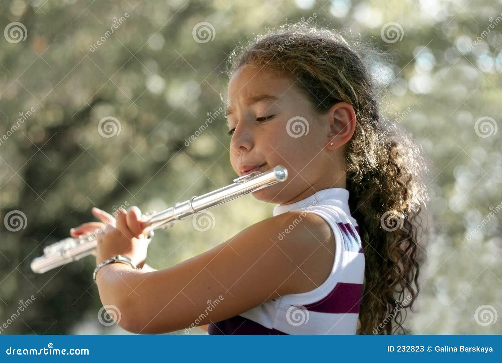 Mädchen mit einer Flöte