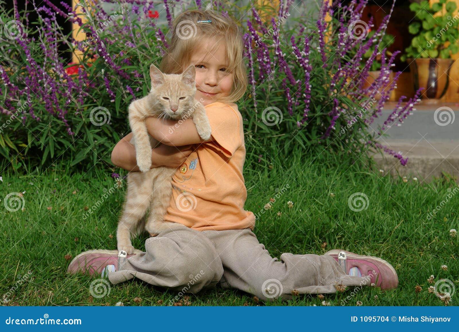 Mädchen mit einer Katze