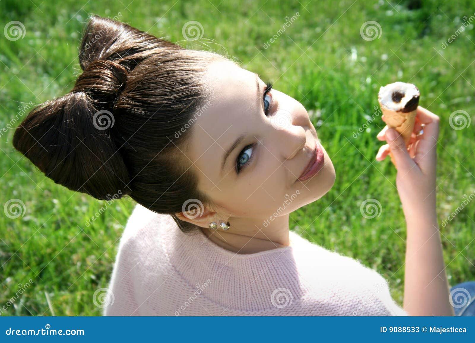 Mädchen mit Eiscreme