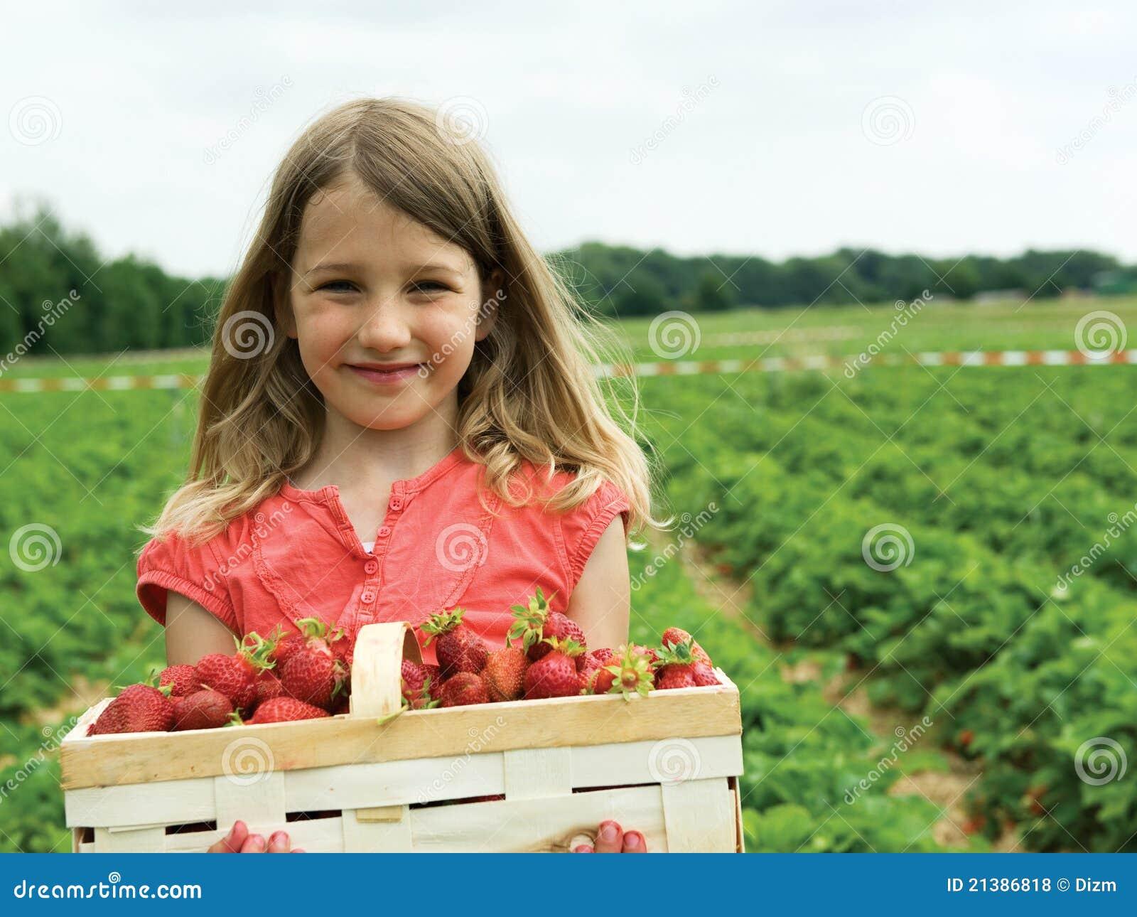 Mädchen mit Erdbeeren