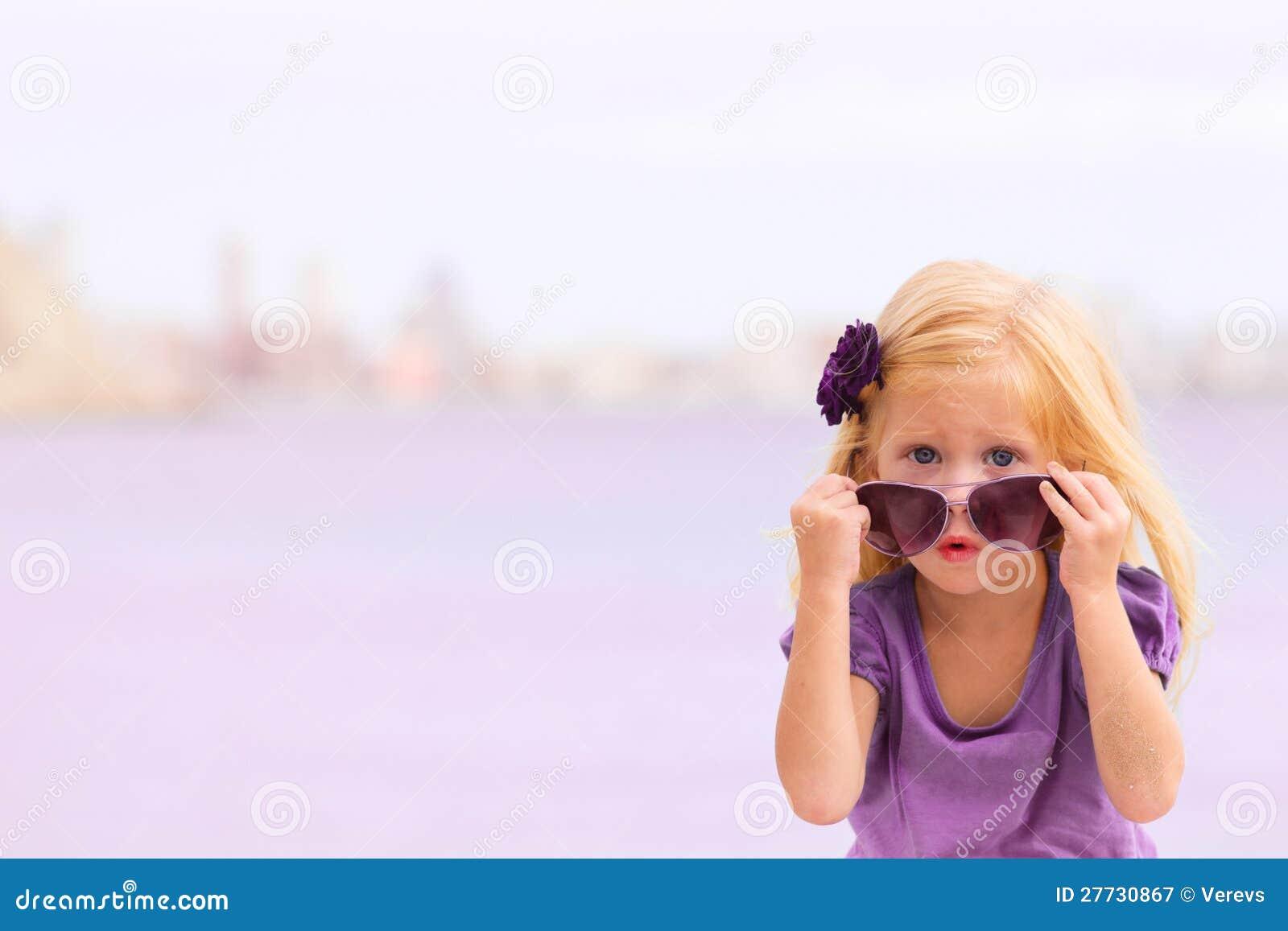 Mädchen mit Gläsern