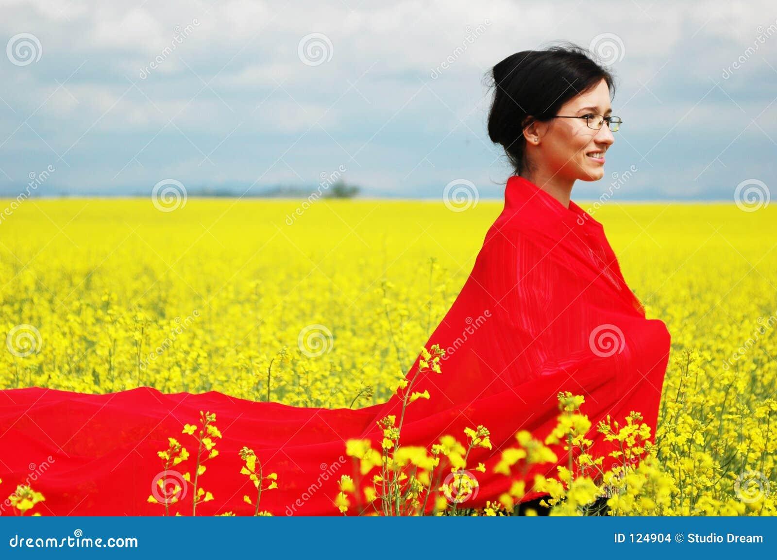 Mädchen mit großem rotem Schal