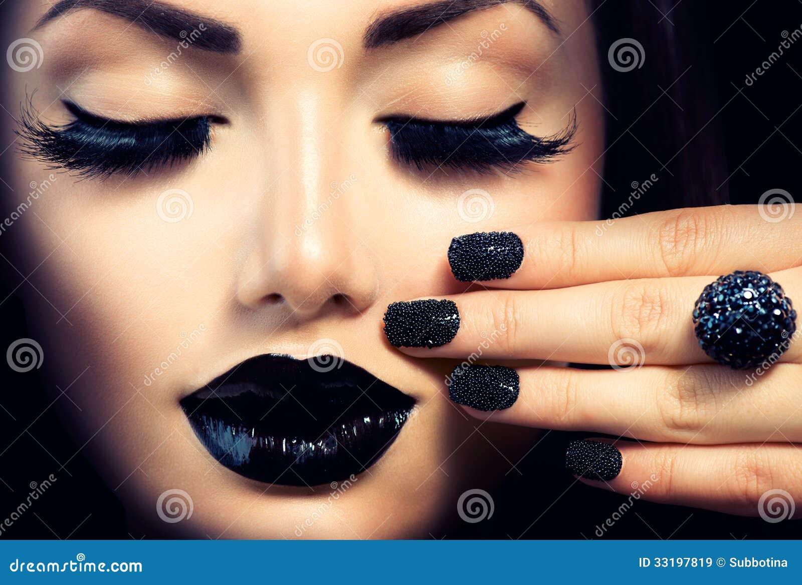 Mädchen mit Kaviar-Schwarz-Maniküre