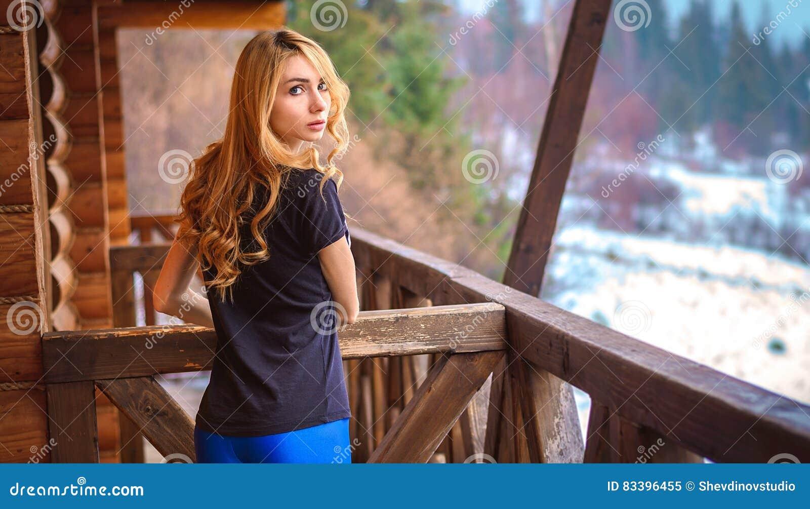 Mädchen mit langem Blick des gelockten Haares
