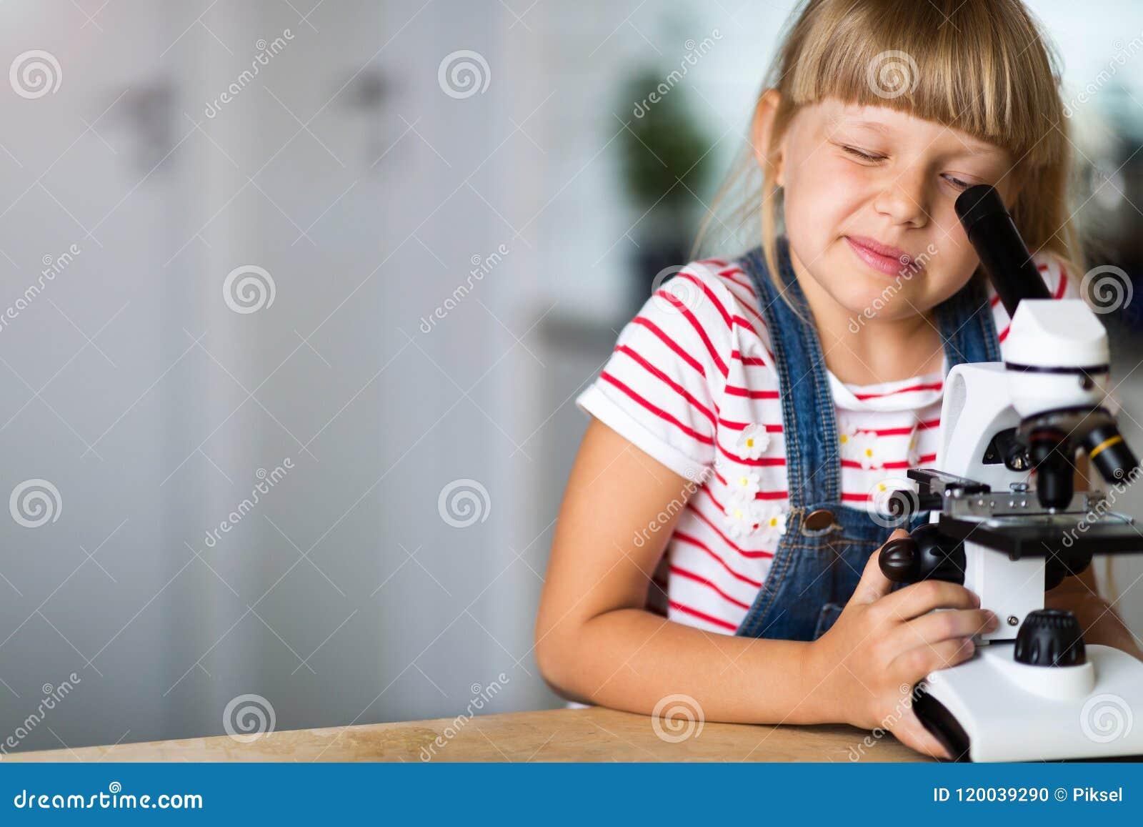 Mädchen mit mikroskop stockfoto bild von kinder analysieren