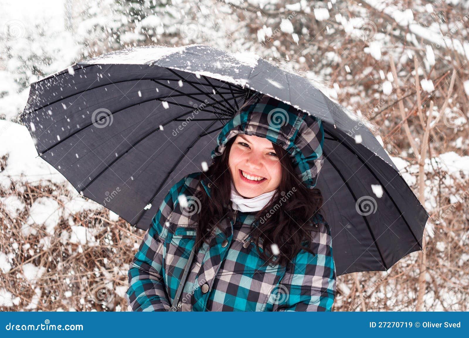 Mädchen mit Regenschirm im Schnee
