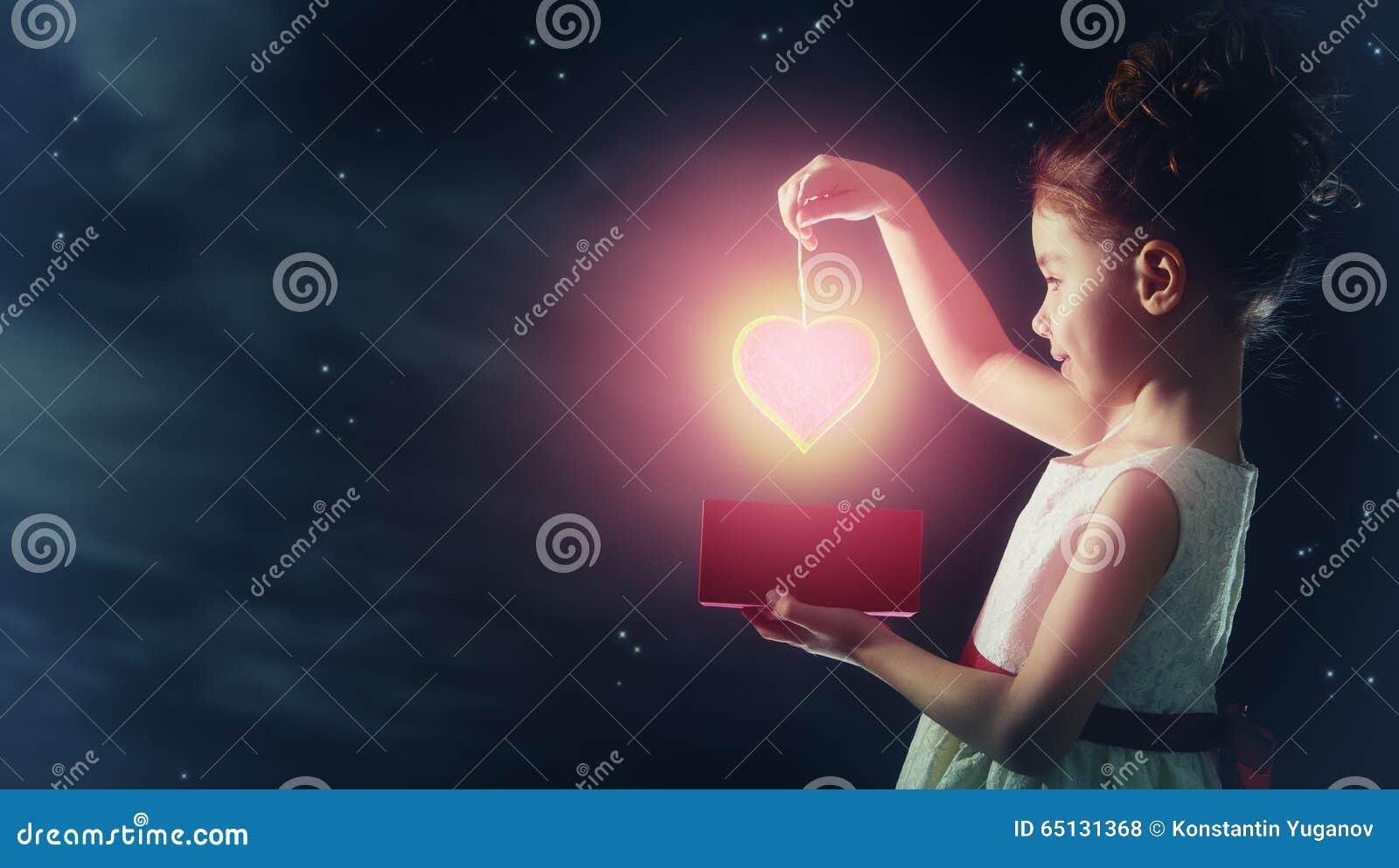 Mädchen mit rotem Herzen