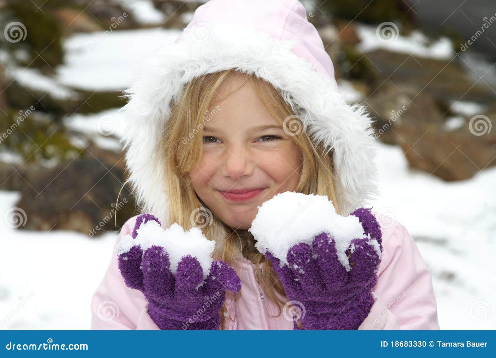 Mädchen mit Schnee