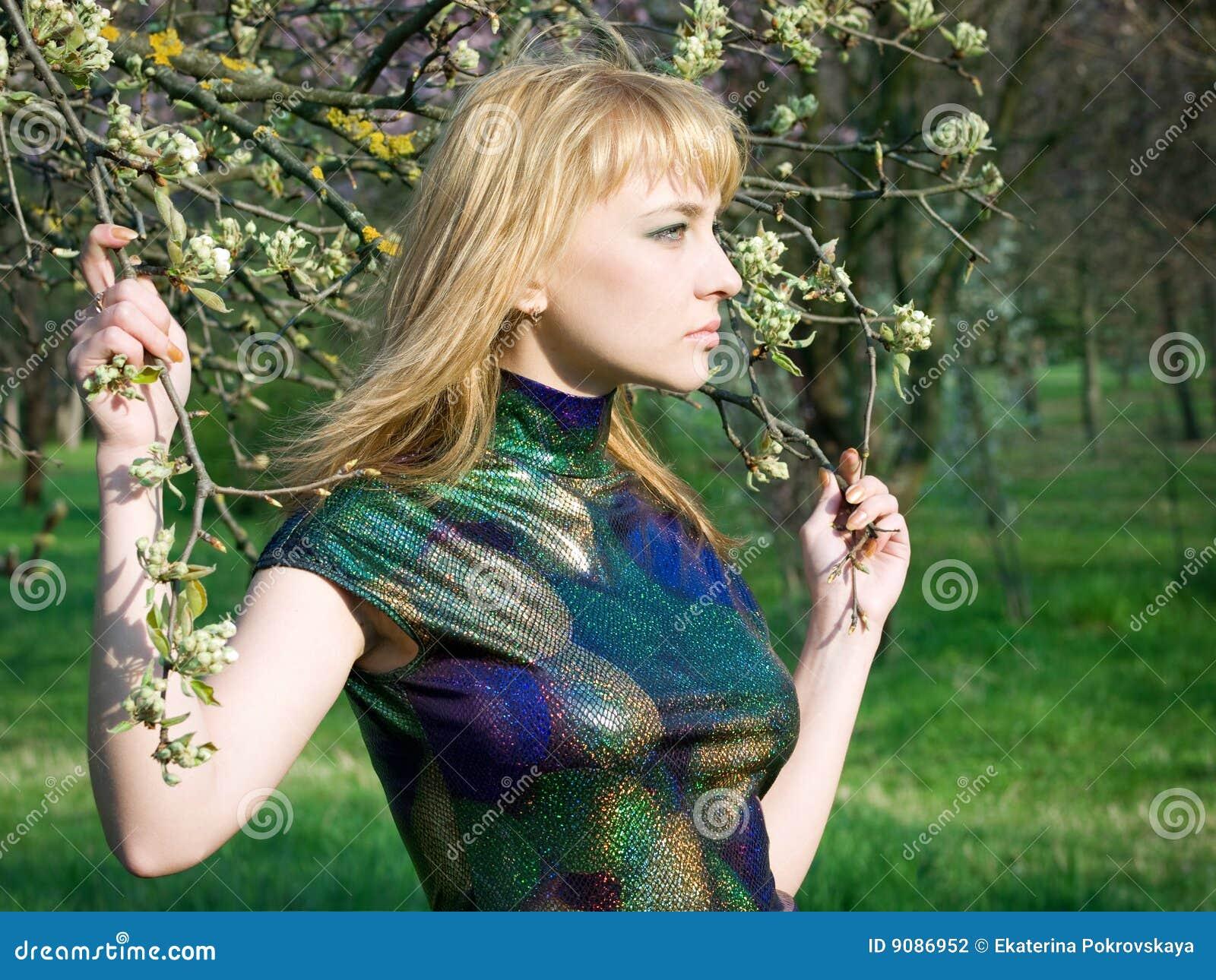 Mädchen nahe Baum
