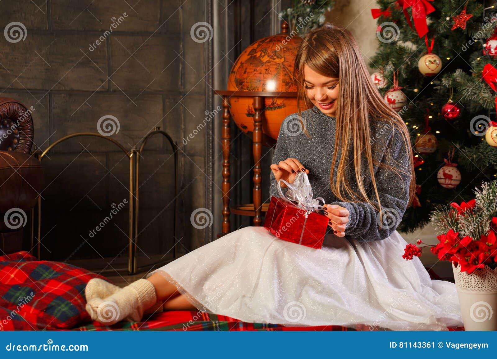 Mädchen Packt Weihnachtsgeschenk Aus Stockbild - Bild von frau ...