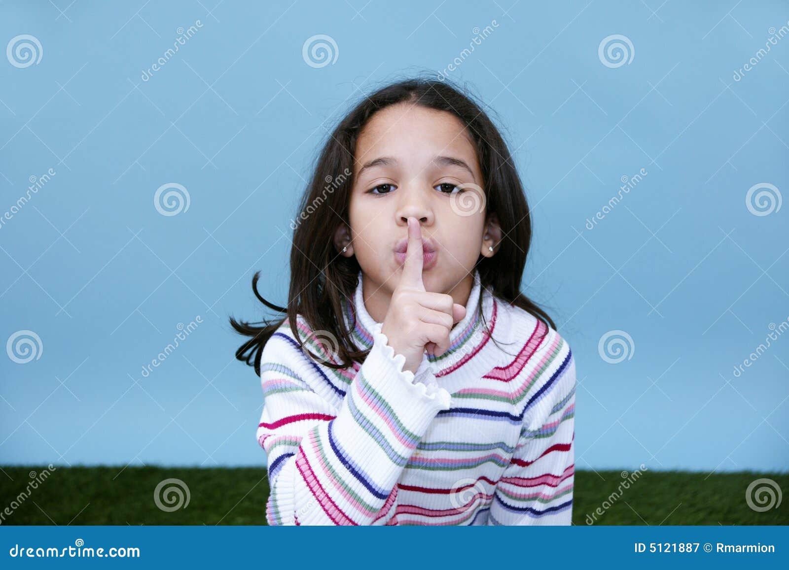 Mädchen-ruhiges Zeichen