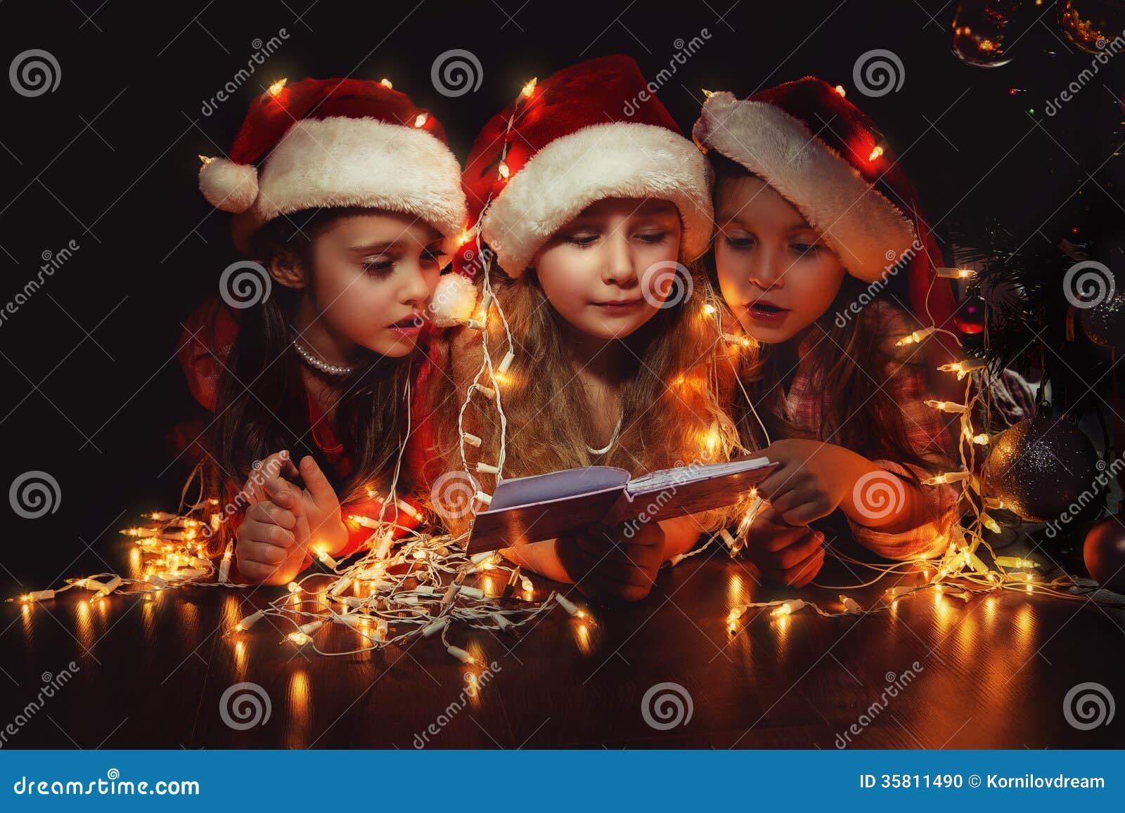 Mädchen in Sankt-Hüten haben ein Weihnachten