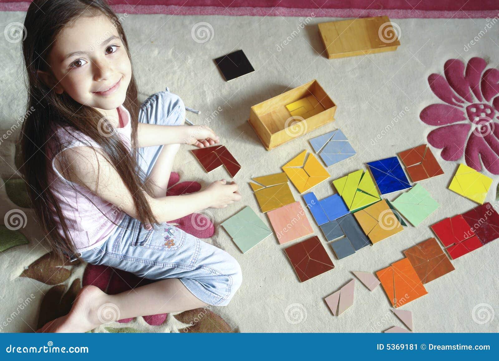 Mädchen spielt traditionelles Tangramspiel