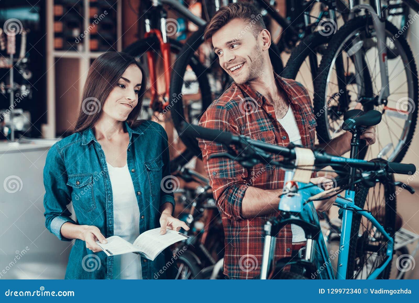 Mädchen tun nicht wie Fahrrad-Berater Choose