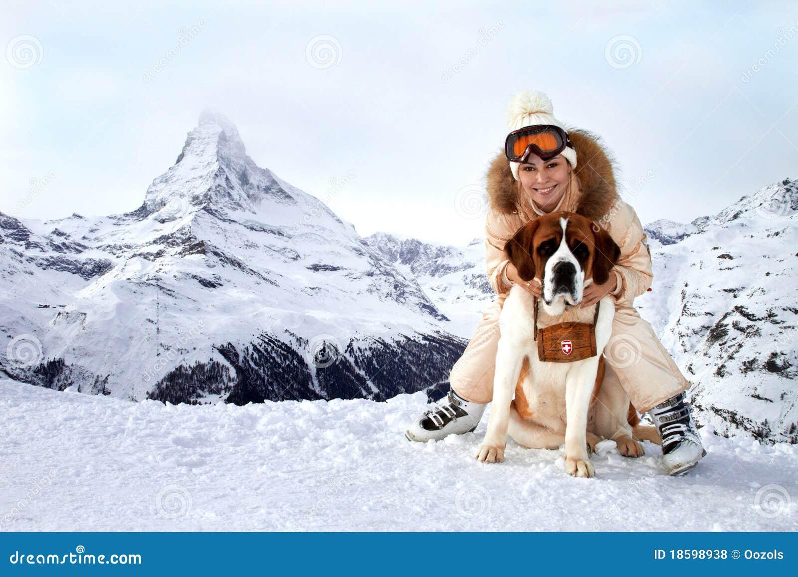 Mädchen umarmt einen Hundsparer