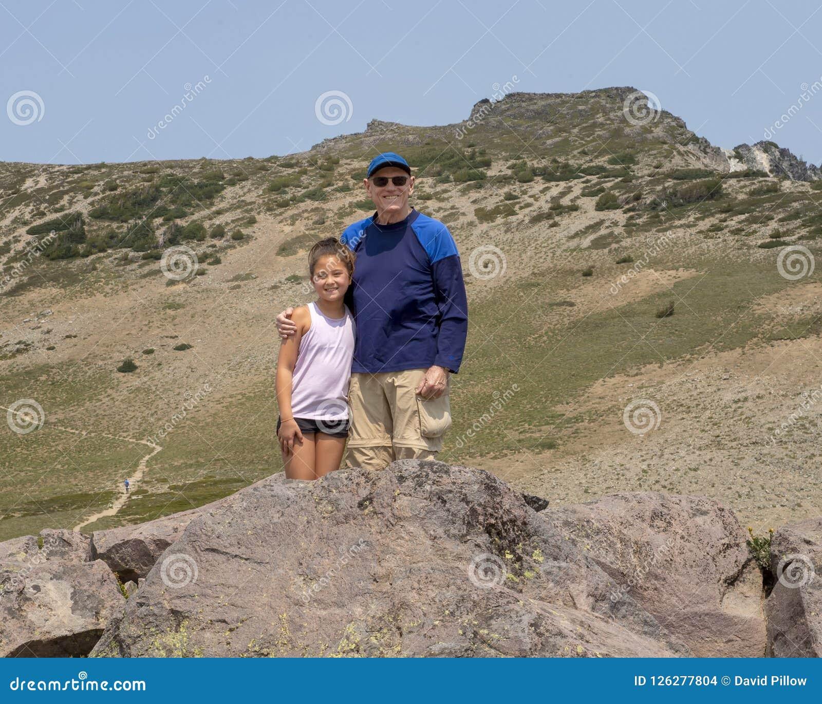Mädchen und Großvater zehn Jährige Amerasian, die Spaß im Berg Rainier National Park, Washington haben