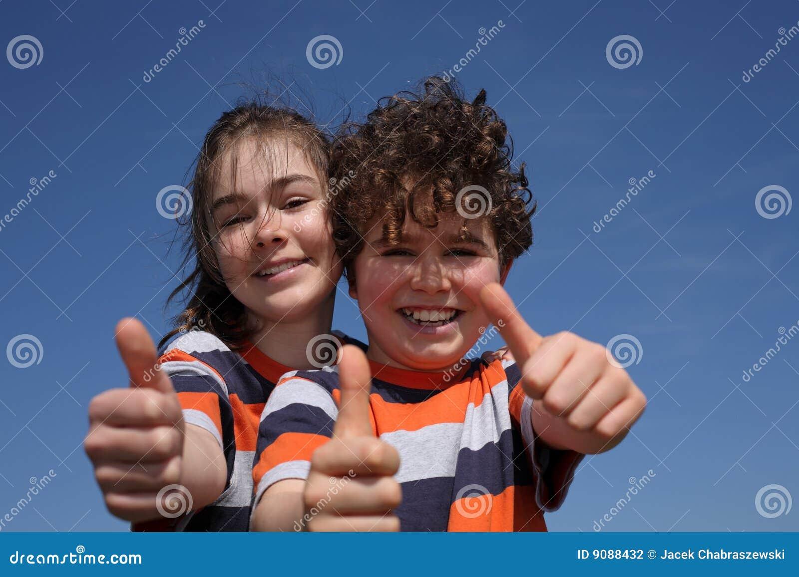Mädchen und Junge, die O.K. darstellen