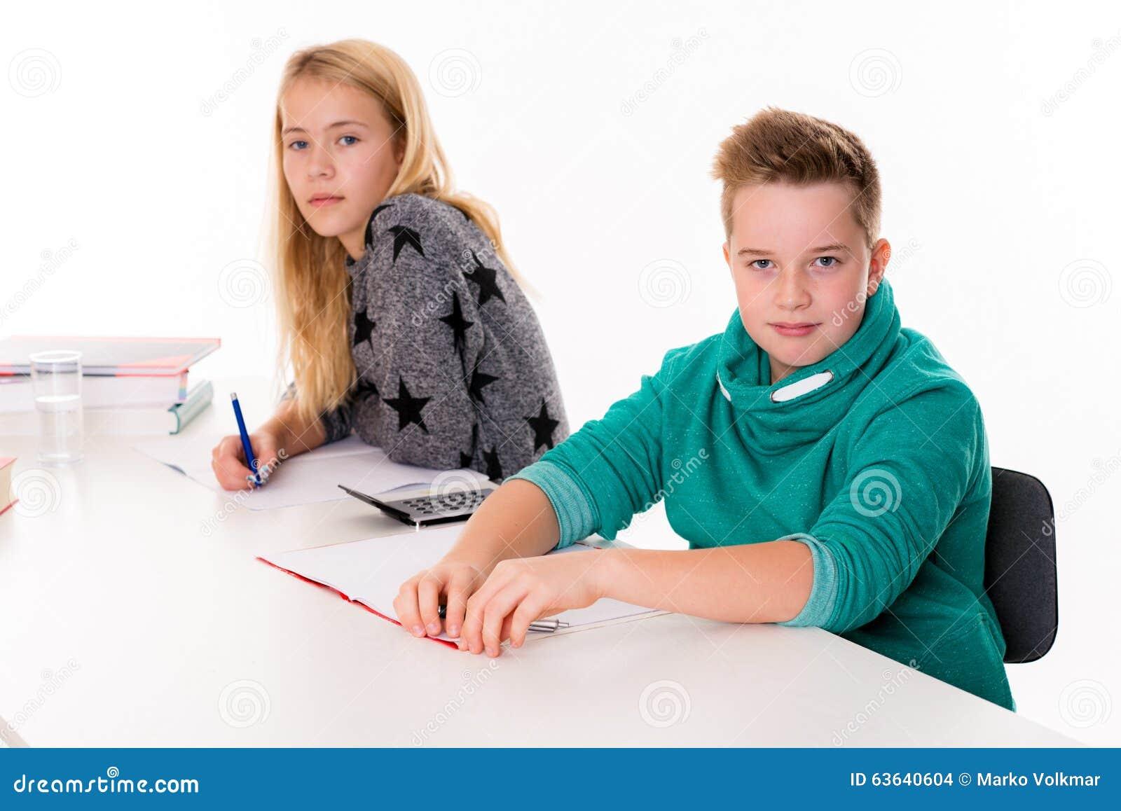 m dchen und junge zusammen im klassenzimmer stockfoto bild 63640604. Black Bedroom Furniture Sets. Home Design Ideas