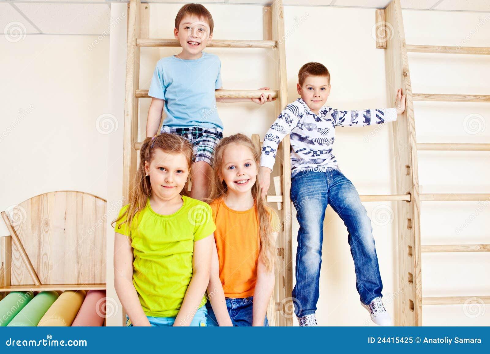 Mädchen und Jungen in der Gymnastik