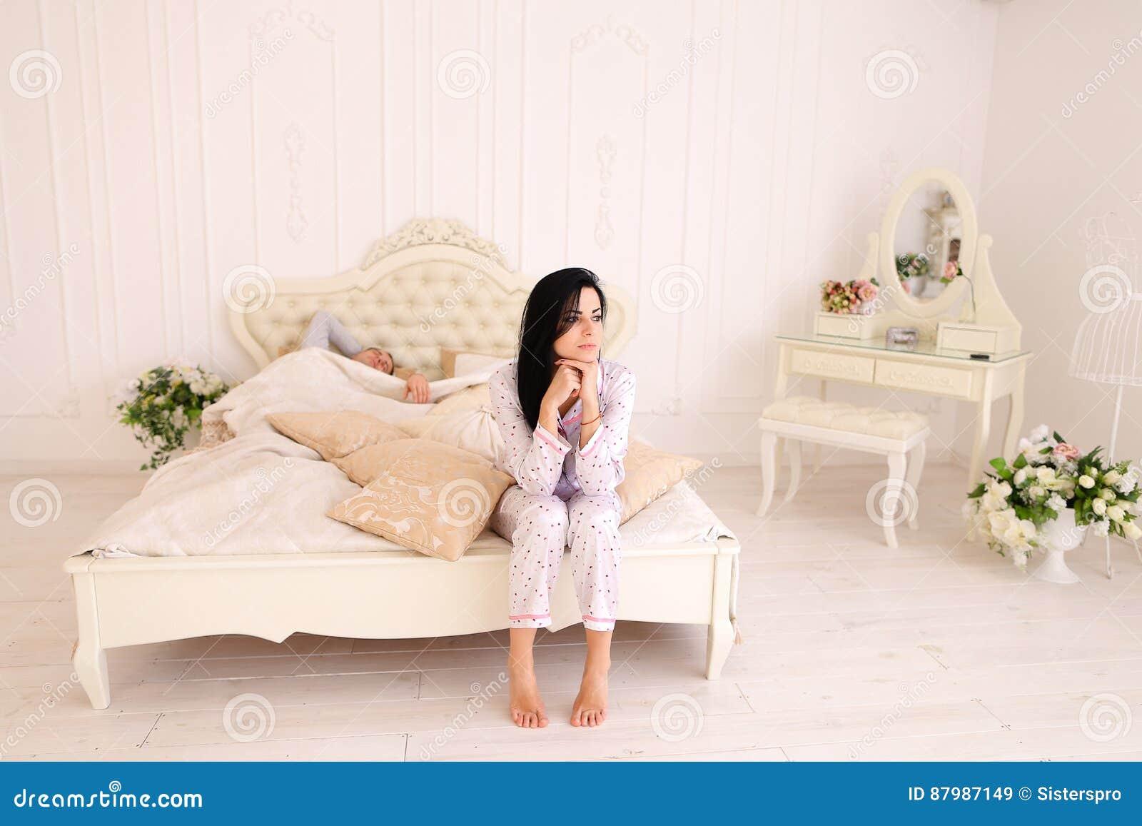 m dchen weckt wei es bett des kerlmorgens im raum auf stockbild bild von internet haupt 87987149. Black Bedroom Furniture Sets. Home Design Ideas