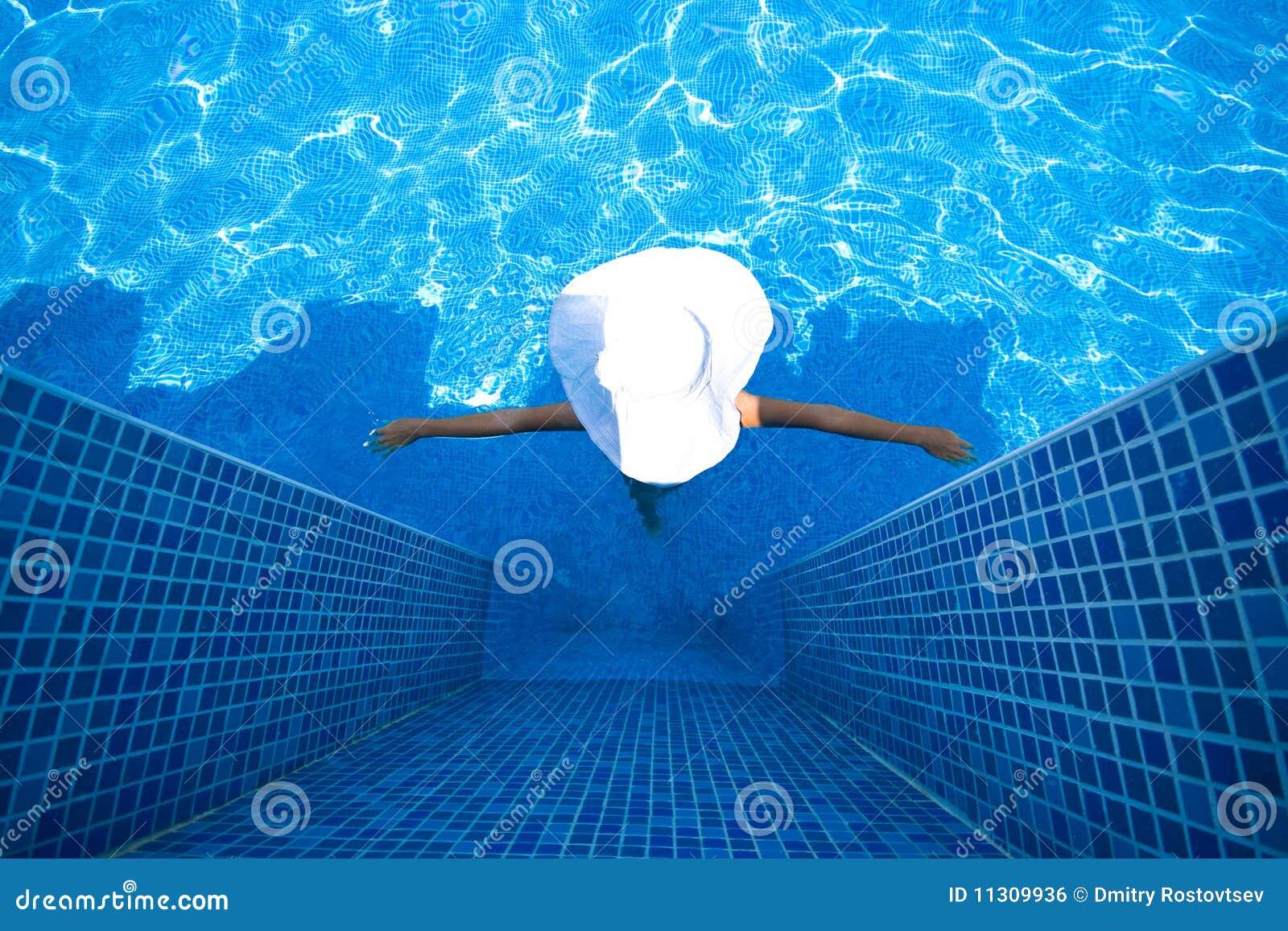 Mädchen, weißer Hut und Swimmingpool