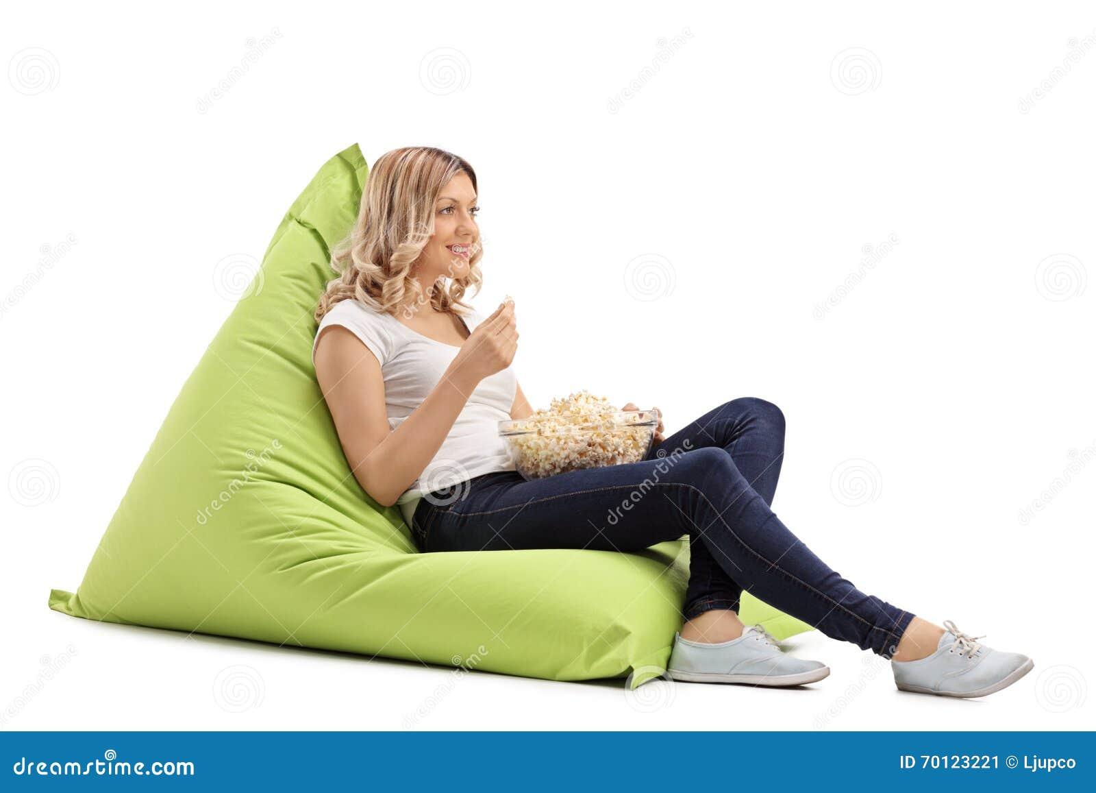 Madchen Welches Das Popcorn Gesetzt Auf Sitzsack Isst Stockbild