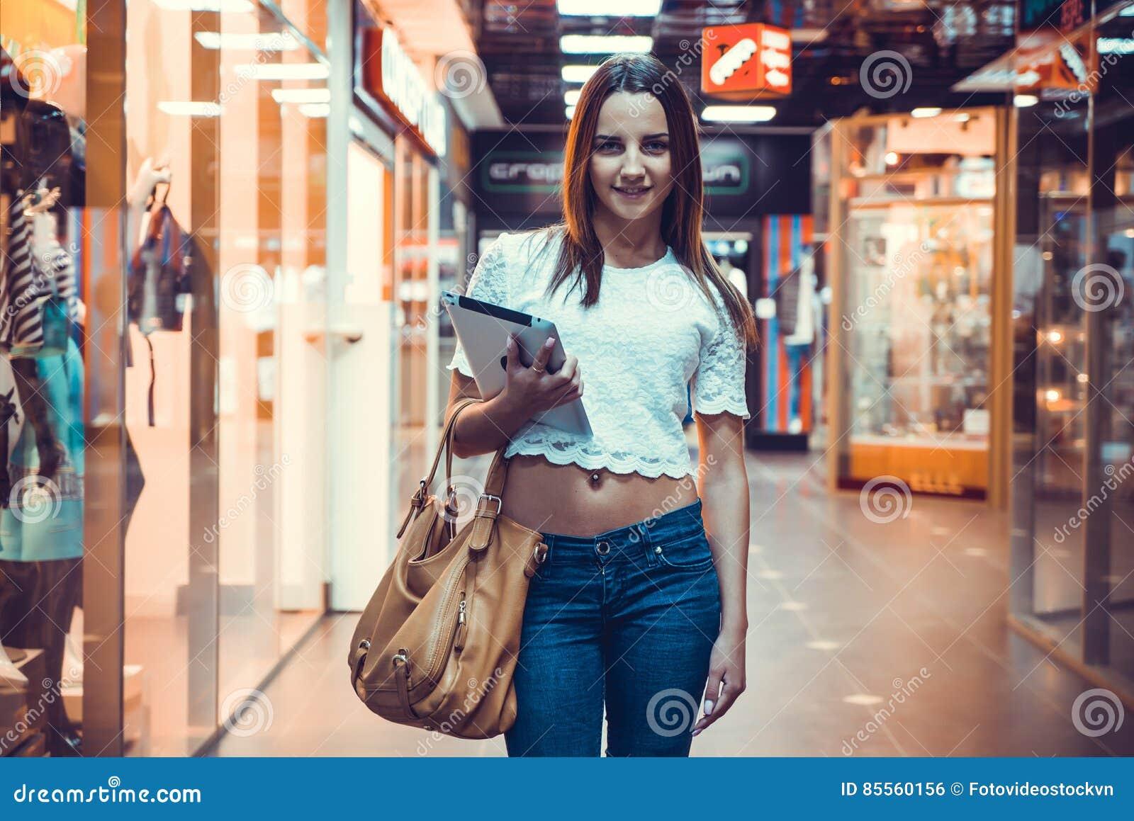 Mädchen, welches die Computertablette hält