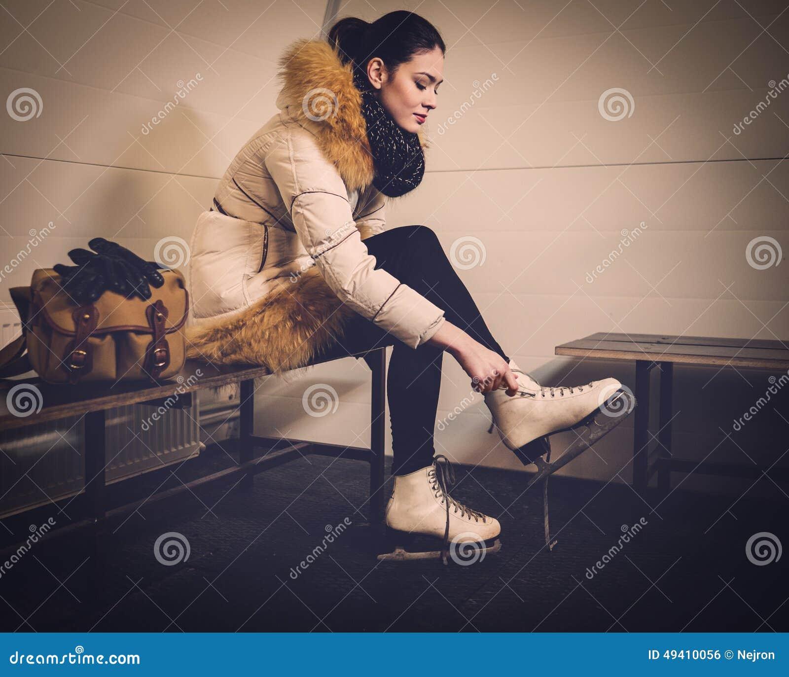 Download Mädchen, Wenn Umkleideraum Schlittschuh Gelaufen Wird Stockfoto - Bild von lächeln, positiv: 49410056
