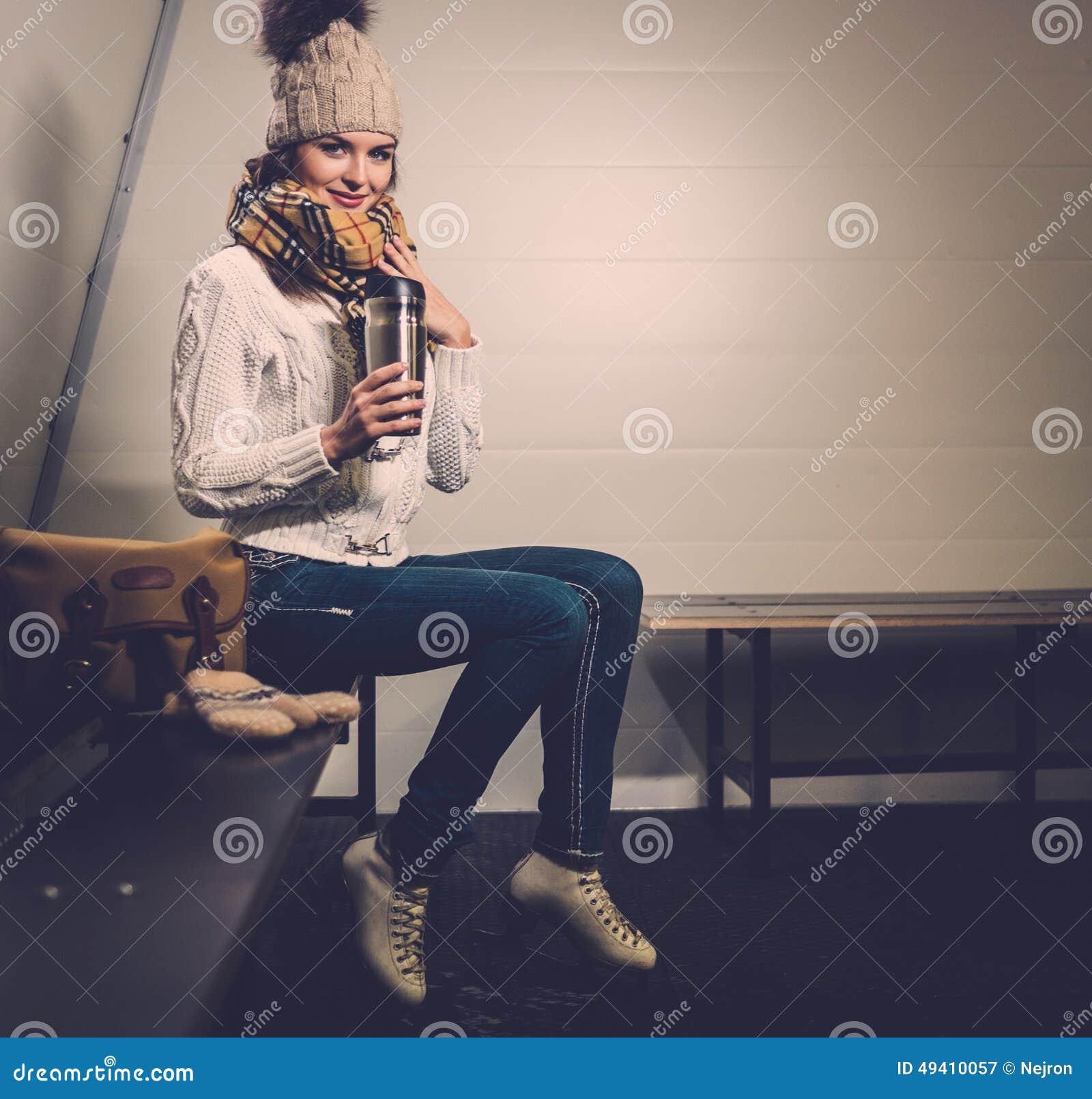 Download Mädchen, Wenn Umkleideraum Schlittschuh Gelaufen Wird Stockbild - Bild von getränk, glücklich: 49410057