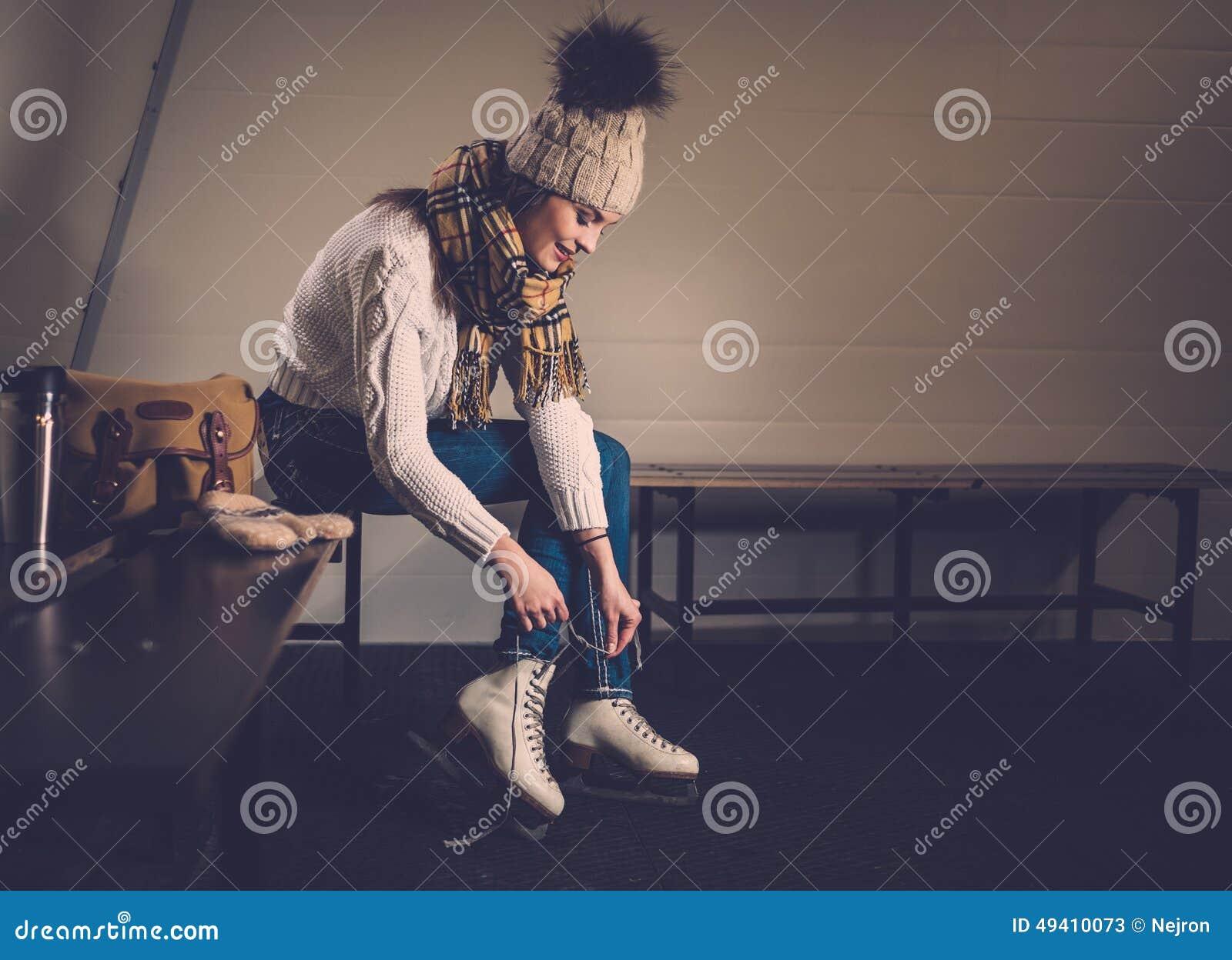 Download Mädchen, Wenn Umkleideraum Schlittschuh Gelaufen Wird Stockbild - Bild von arena, rochen: 49410073