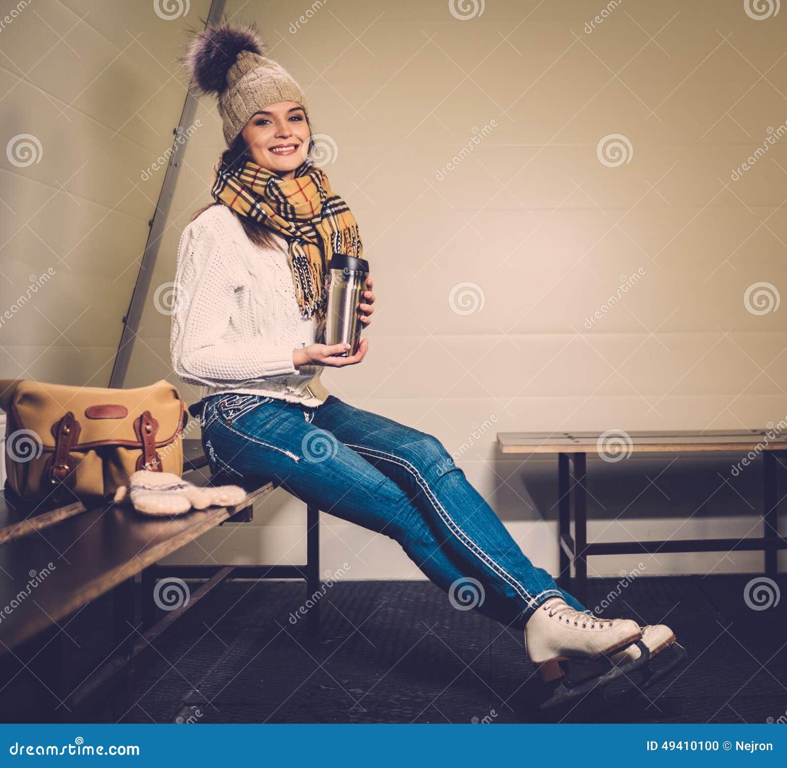Download Mädchen, Wenn Umkleideraum Schlittschuh Gelaufen Wird Stockfoto - Bild von genießen, eisbahn: 49410100