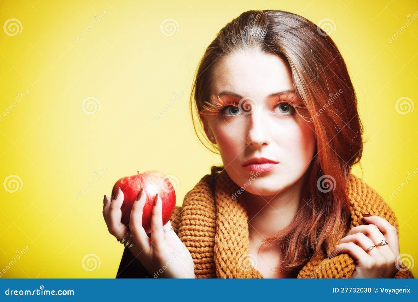 Mädchen-Zauber Augepeitschen des roten Apfels der Herbstfrau neue