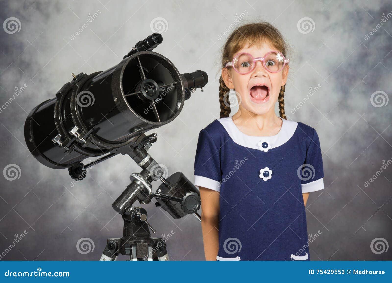Mädchenastronom glücklich überrascht durch was er im teleskop sah
