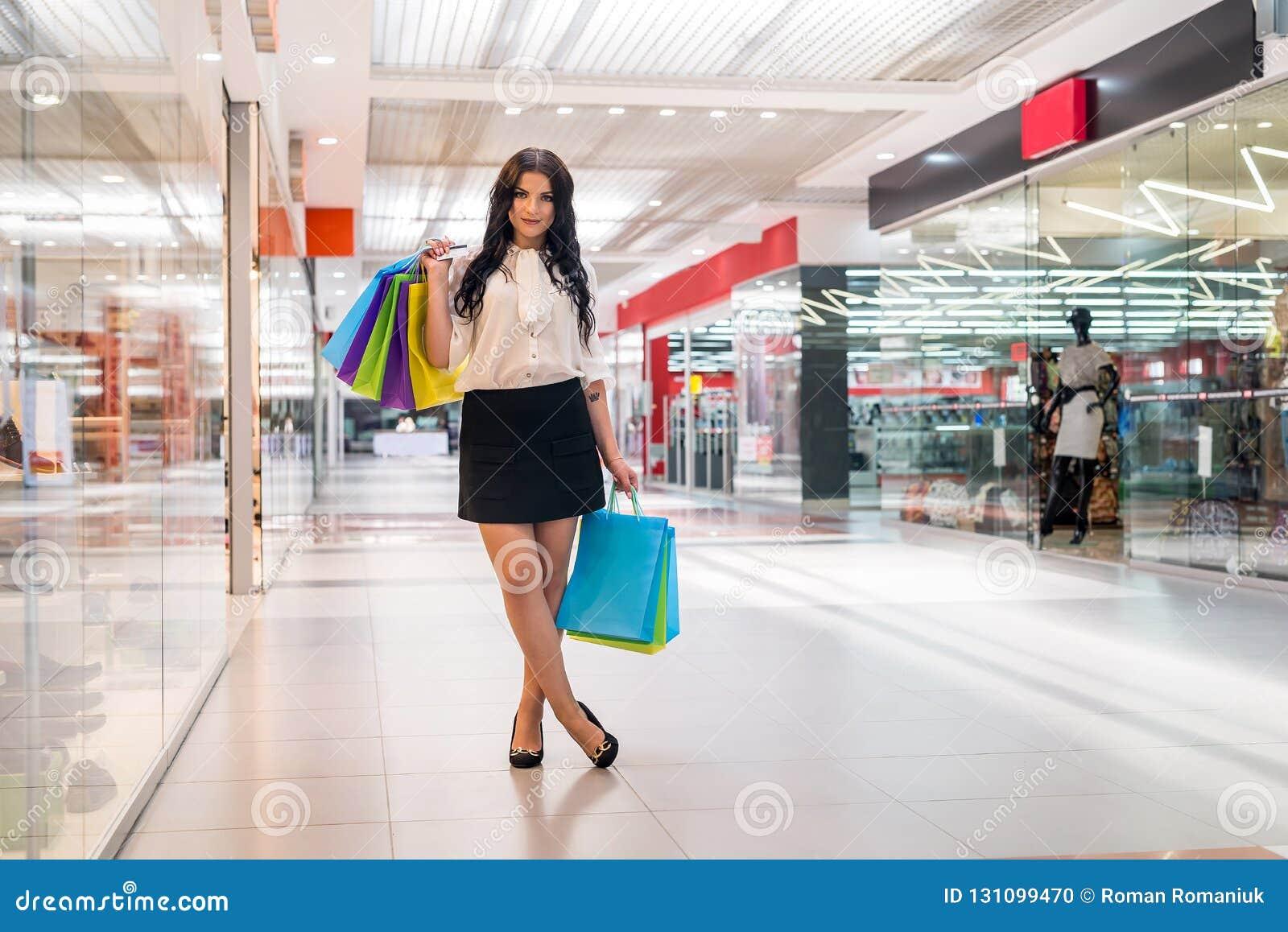 Mädchenkäufe im Mall mit Bankkarte