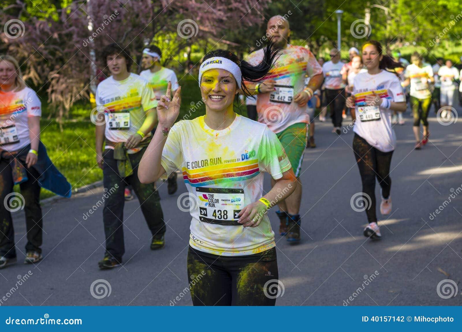 Mädchenläufer, der Friedenszeichen zeigt