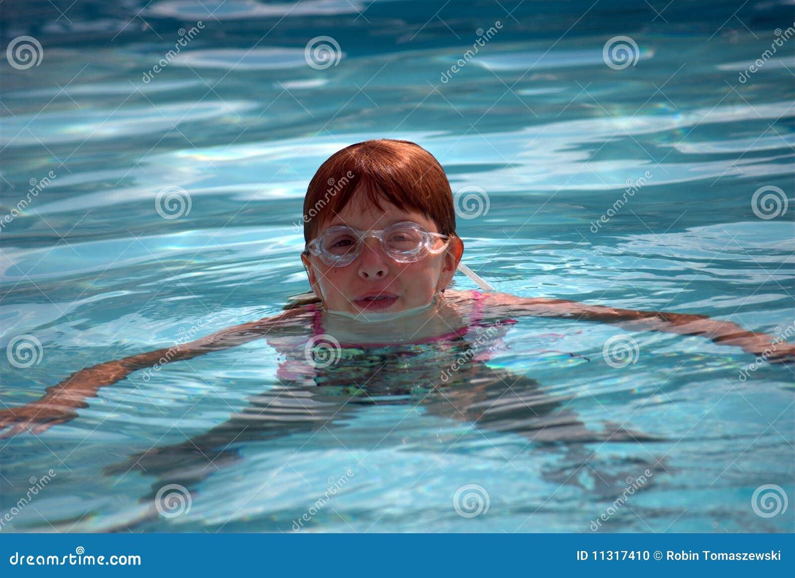 Mädchenschwimmen im Pool