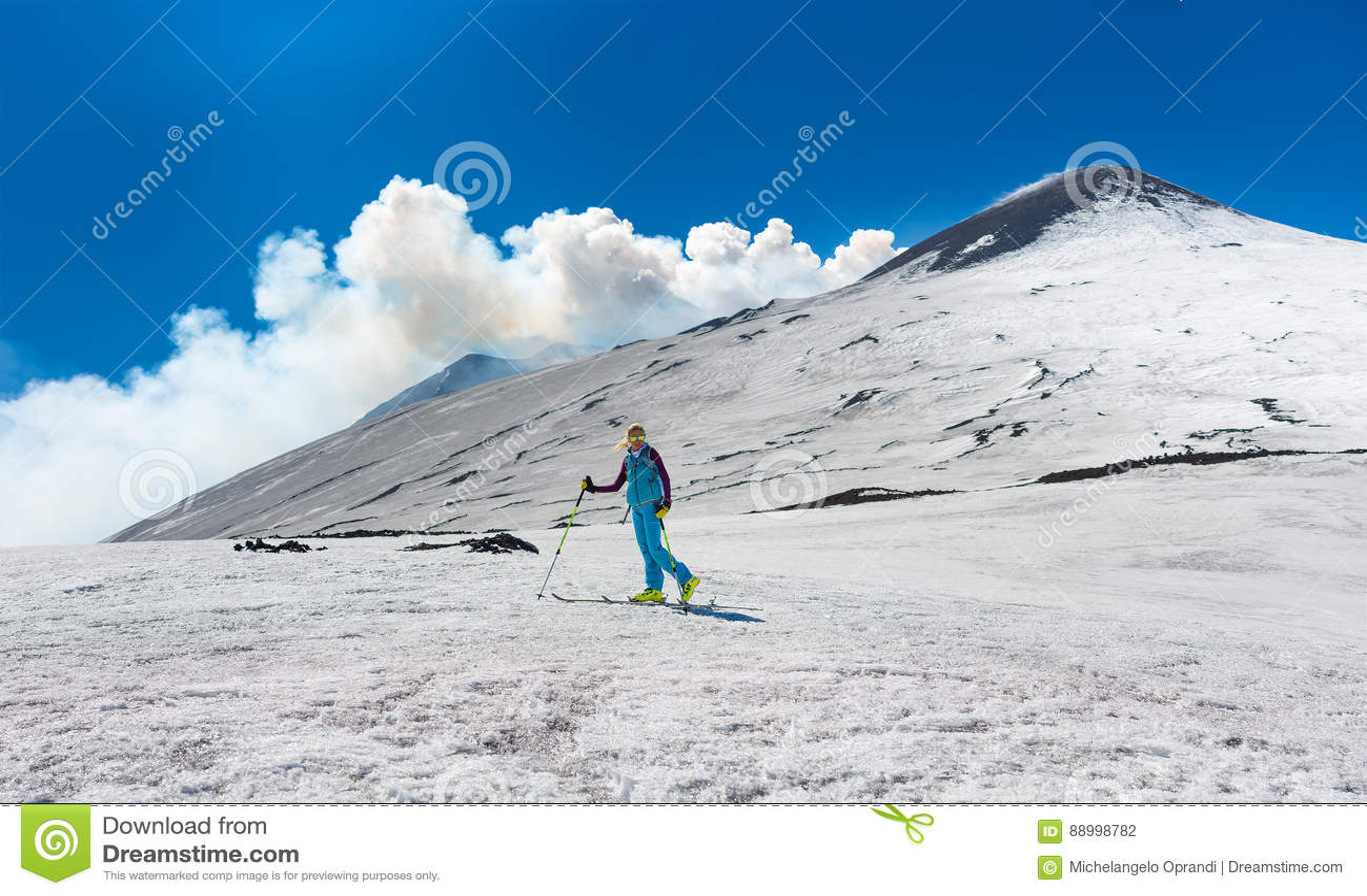 Mädchenski, der unter die Spitze des Kraters vom Ätna bereist