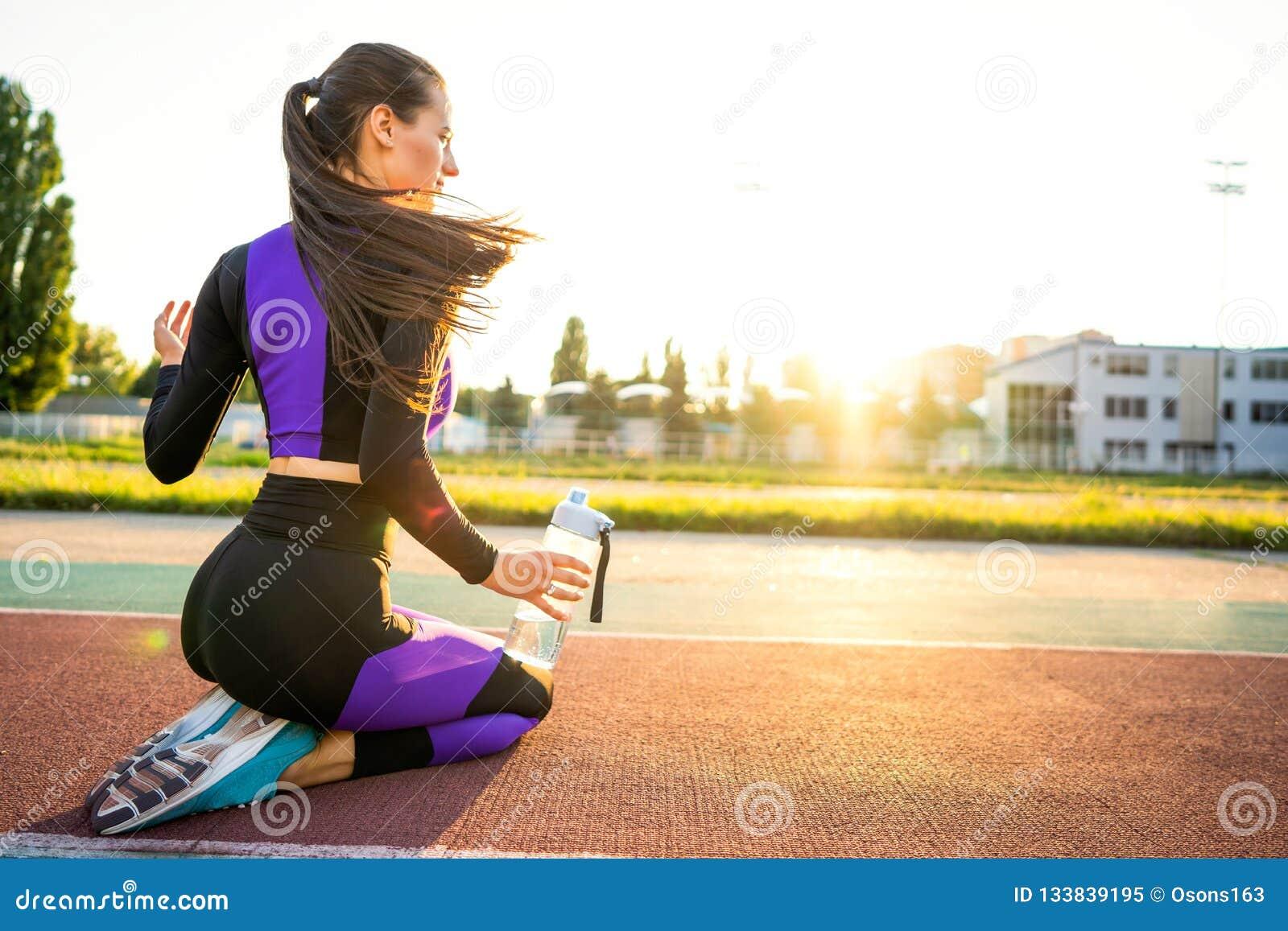 Mädchensportler crossfit und Hocken agains, die Spitzee und St. binden