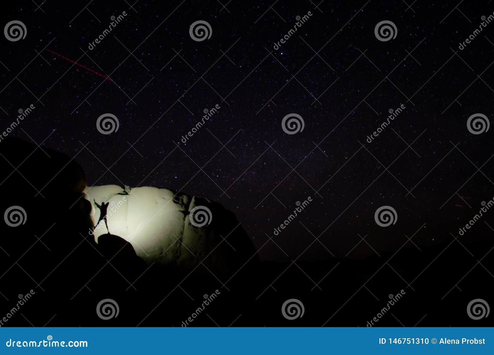 Mädchentanzen auf einem Felsen nachts